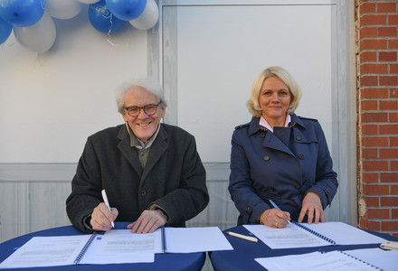 The Climate Protection Agreement was signed by Prof. Dr. Karl Max Einhäupl and Regine Günther, Berlin State Senator for the Environment, Transport and Climate Protection. Photo: Peitz/Charité